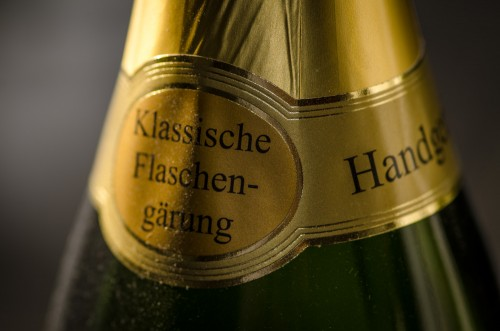 """Klassische Flaschengärung"" = traditional bottle fermentation"