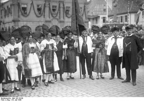 Rhenish wine growers in traditional costume, 1930. German Federal Archive, Bild 102-10150, licensed CC 3.0